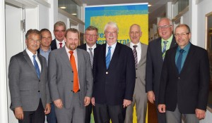 Rathaus-Praxis trifft Landtags-Erfahrung (von links): Die parteiunabhängigen Bürgermeister Wolfgang Gottlieb (Birstein), Volker Carle (Cölbe), Uwe Steuber (Lichtenfels), Götz Konrad (Eschenburg) und Klaus Temmen (Kronberg) mit FDP-Fachmann Jörg-Uwe Hahn sowie Stadtrat Harald Semler und die beiden Rathaus-Chefs Hartmut Linnekugel (Volkmarsen) und Bernhard Ziegler (Herbstein) sprachen in Wiesbaden über die anstehende Reform der Kommunalfinanzen und Auswirkungen aufs Land. (Foto: Natalie Locher)
