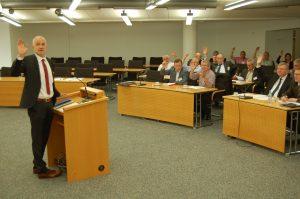 Einstimmige Beschlüsse: Wetzars Bürgermeister Harald Semler (links) wird ebenso im Amt bestätigt wir der restliche Vorstand der Parteiunabhängigen Bürgermeister. (Foto: Konrad)