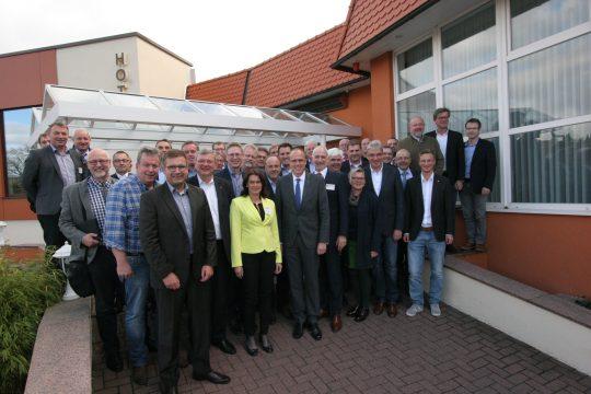 Gruppenbild mit Minister: Einen Vormittag Zeit nahm sich Hessens Innenminister Peter Beuth (Mitte), um bei der Klausur der Parteiunabhängigen Bürgermeister mit 50 Rathaus-Chefs aktuelle Themen zu besprechen.